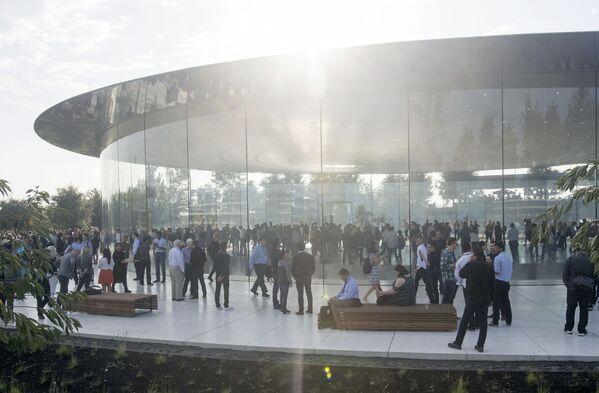Goście nowej siedziby firmy Apple w Kalifornii - Sputnik Polska