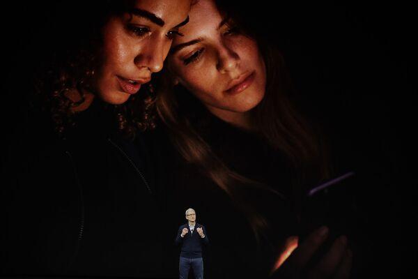 Tim Cook - dyrektor generalny Apple podczas prezentacji iPhone 8 w Kalifornii - Sputnik Polska