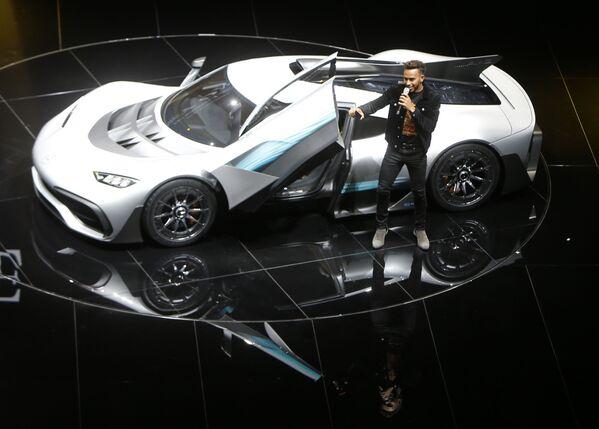 Pilot F1 Lewis Hamilton przy samochodzie Mercedes-AMG Project One hyper podczas Międzynarodowego Salonu Motoryzacyjnego we Frankfurcie - Sputnik Polska