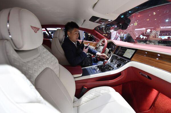 Mężczyzna za kierownicą samochodu Bentley podczas Międzynarodowego Salonu Motoryzacyjnego we Frankfurcie - Sputnik Polska