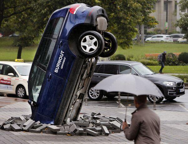 Przewrócony samochód Volkswagen Touareg naprzeciw Międzynarodowego Salonu Motoryzacyjnego we Frankfurcie - Sputnik Polska