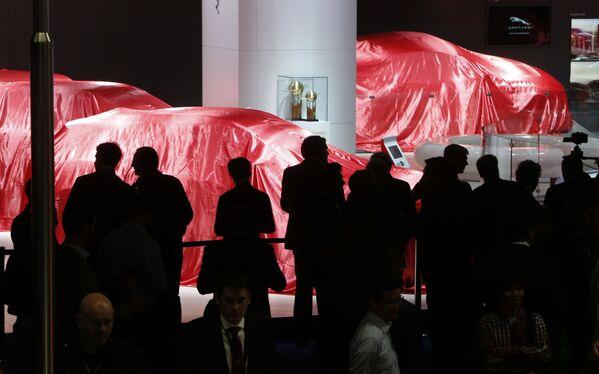 Goście oczekują prezentacji Ferrari na Międzynarodowym Salonie Motoryzacyjnym we Frankfurcie - Sputnik Polska