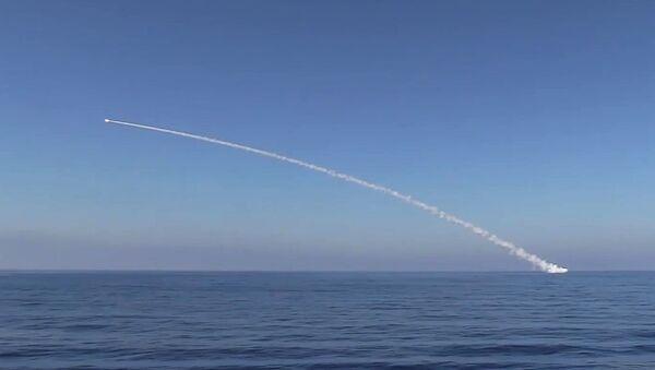 Wystrzelenie rakiety manewrującej Kaliber w obiekty Państwa Islamskiego w Syrii - Sputnik Polska