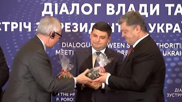 Poroszenko otrzymał w prezencie torbę z amerykańskim węglem - Sputnik Polska
