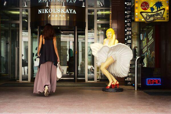 Wejście do Centrum Handlowo-Biurowego Nikolskaja Plaza znajdującego się przy ulicy Nikolskiej w Moskwie. - Sputnik Polska