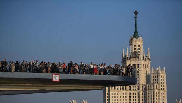 """Atrakcją parku """"Zariadje"""" jest wznoszący się most nad rzeką Moskwą. - Sputnik Polska"""