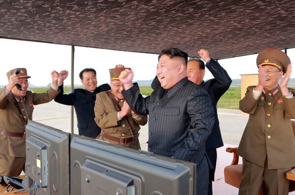 Przywódca KRLD Kim Dzong Un podczas wystrzelenia rakiety balistycznej Hwasong-12 - Sputnik Polska