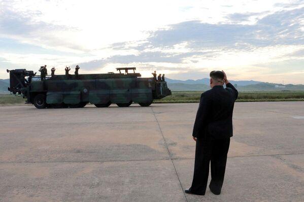 Przywódca KRLD Kim Dzong Un przed wystrzeleniem rakiety balistycznej Hwasong-12 - Sputnik Polska