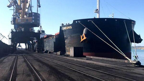Statek Panamax Semiramis z węglem z RPA w porcie Jużnyj, Ukraina - Sputnik Polska