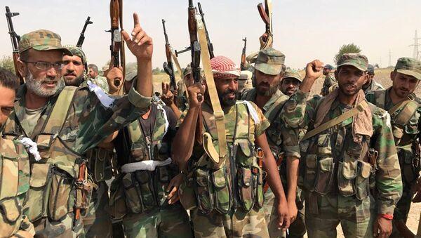 Żołnierze syryjskiej armii przed przystąpieniem do forsowania Eufratu niedaleko Dajr az-Zaur - Sputnik Polska