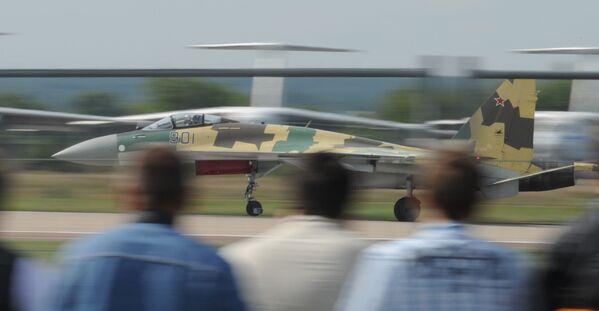 Dwusilnikowy myśliwiec wielozadaniowy Su-35 na Międzynarodowym Salonie Lotniczym i Kosmicznym MAKS-2011 - Sputnik Polska