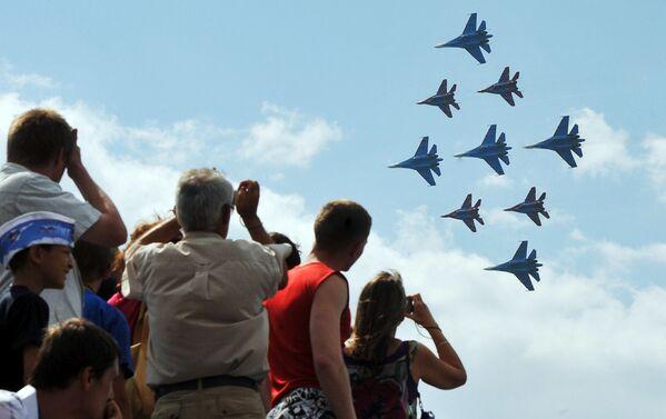 Występy Su-27 i MiG-29 podczas  pokazów lotniczych w Petersburgu - Sputnik Polska