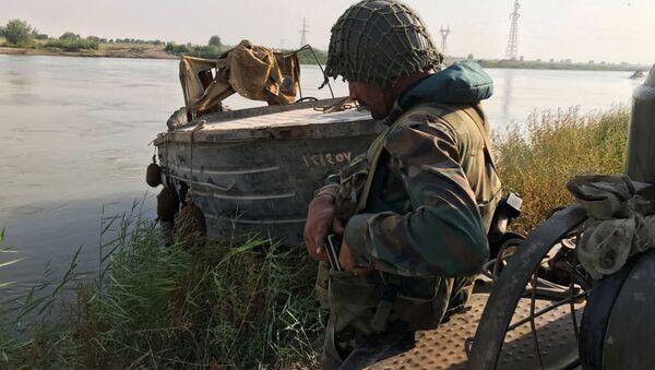 Żołnierz syryjskiej armii szykujący się do sforsowania rzeki Eufrat, niedaleko Dajr az-Zaur - Sputnik Polska