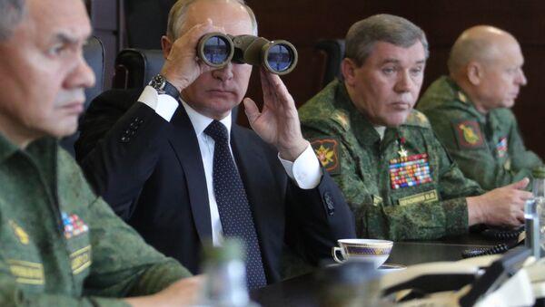 """Władimir Putin obserwuje działania rosyjskich i białoruskich wojskowych na poligonie """"Łużskij - Sputnik Polska"""