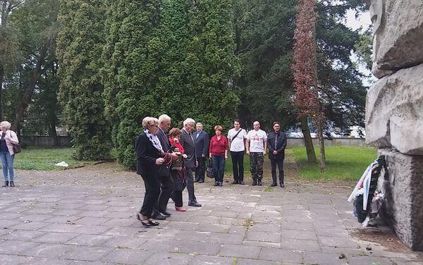 Złożenie wieńców pod pomnikiem na cmentarzu armii radzieckiej w Olsztynie - Sputnik Polska