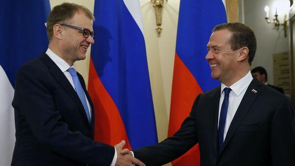 Premier Finlandii Juha Sipila i premier Rosji Dmitrij Miedwiediew w czasie spotkania w Petersburgu - Sputnik Polska