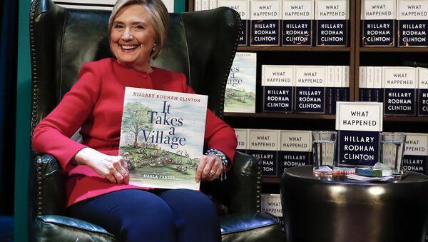 Hillary Clinton na prezentacji swojej nowej książki Co się stało w Waszyngtonie - Sputnik Polska