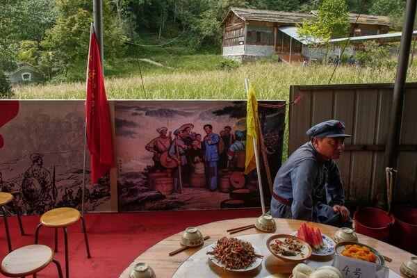Uczestnicy rekonstrukcji Długiego Marszu Chińskiej Armii Czerwonej w prowincji Jiangxi - Sputnik Polska