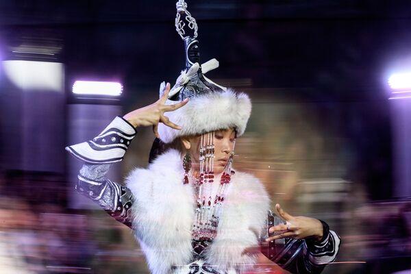 W pokazie udział wzięli projektanci mody, którzy korzystają z inspiacji etnicznych i ludowych przy tworzeniu swoich kolekcji. - Sputnik Polska