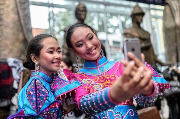 Modelki przed rozpoczęciem pokazu w ramach Międzynarodowego Festiwalu Etnokulturowego Etno Art Fest 2017 w Moskwie. - Sputnik Polska