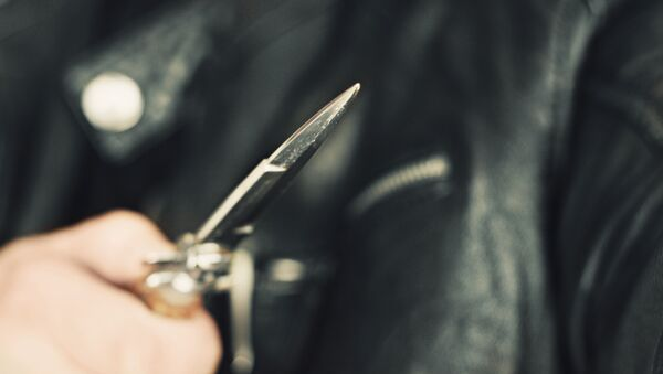 Mężczyzna z nożem w ręku - Sputnik Polska