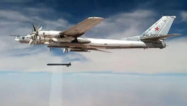 Rosyjski bombowiec strategiczny wystrzelił pociski manewrujące w obiekty Państwa Islamskiego w Syrii - Sputnik Polska