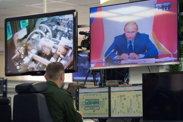 Transmisja wideokonferencji, w czasie której prezydent Rosji Władimir Putin wydał polecenie zniszczenia ostatniego pocisku z rosyjskiego arsenału broni chemicznej w miejscowości Kizner w Udmurcji - Sputnik Polska