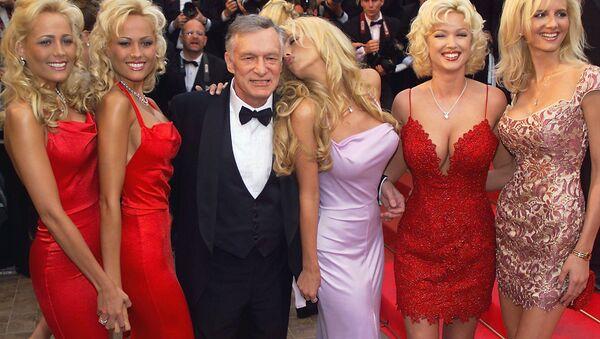 Założyciel magazynu Playboy Hugh Hefner z dziewczynami - Sputnik Polska