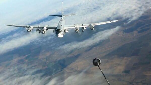 Tankowanie w powietrzu strategicznego samolotu bombowego Tu-95MS podczas wykonywania zadania bojowego w Syrii. - Sputnik Polska