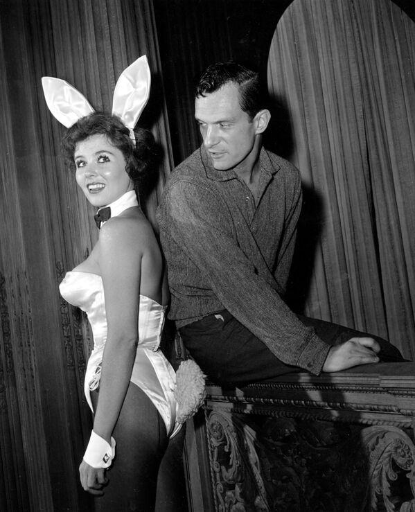 Założyciel magazynu Playboy Hugh Hefner z hostessą Bonnie J. Halpin w nocnym klubie w Chicago - Sputnik Polska
