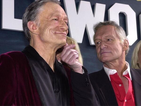 Założyciel magazynu Playboy Hugh Hefner ogląda figurę woskową ze swoja podobizną w Hollywood - Sputnik Polska