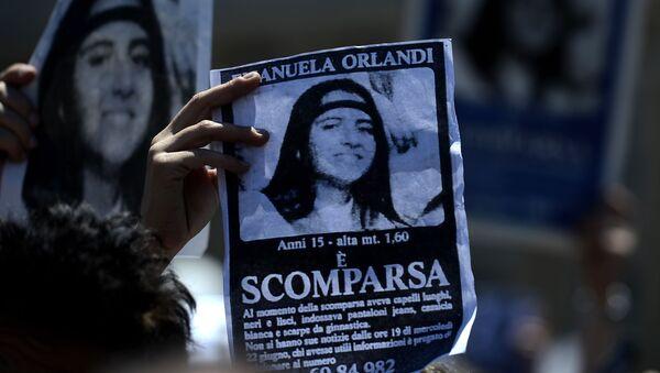 Plakat z wizerunkiem zaginionej Emanueli Orlandi, 15-letniej córki pracownika kancelarii papieża. Zdjęcie archiwalne - Sputnik Polska