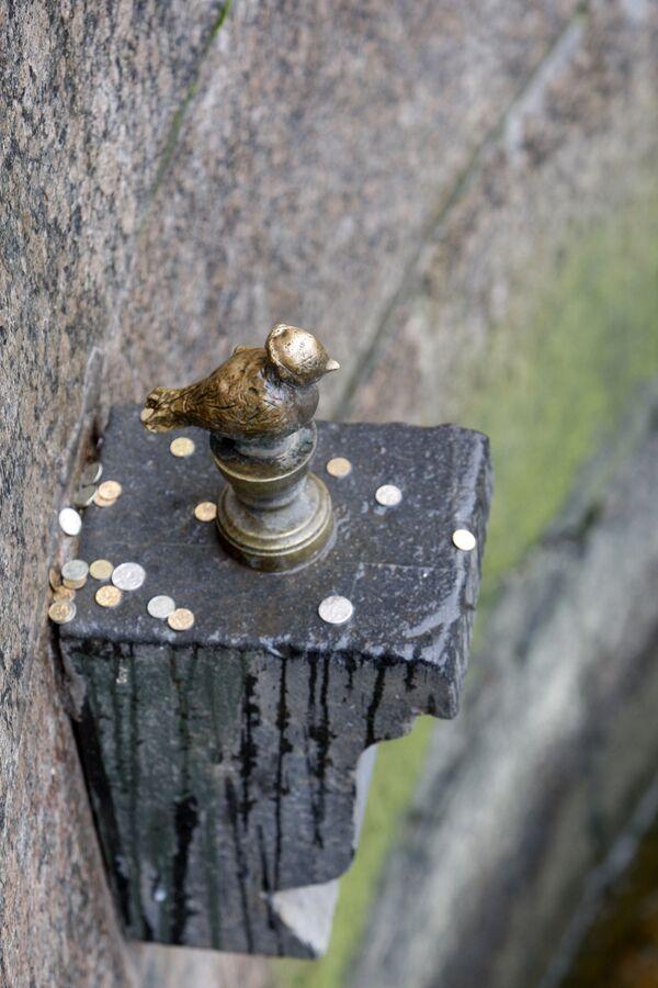 Figurka Czyżyka-Pyżyka w Petersburgu. Według legendy - każdy kto z mostu rzuci monetą w figurkę, zapewni sobie szczęście - Sputnik Polska