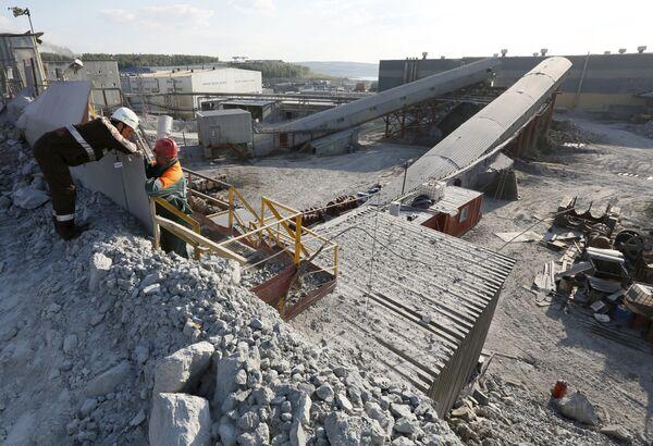 Robotnicy przy rozdrabniaczu w kopalni złota Olimpiada na Wschodniej Syberii - Sputnik Polska