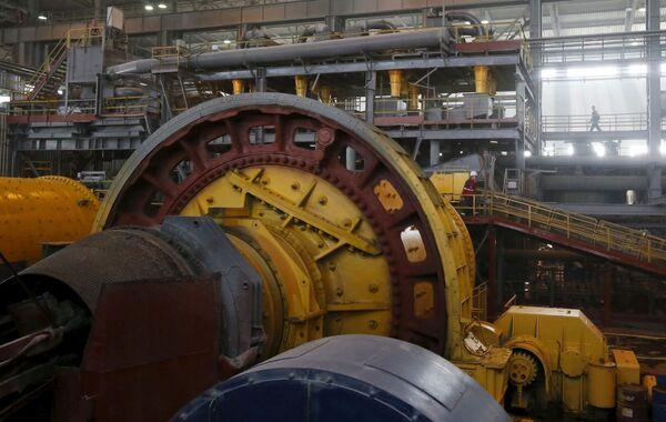 Robotnik przy rozdrabniaczu w kopalni złota Olimpiada na Wschodniej Syberii - Sputnik Polska