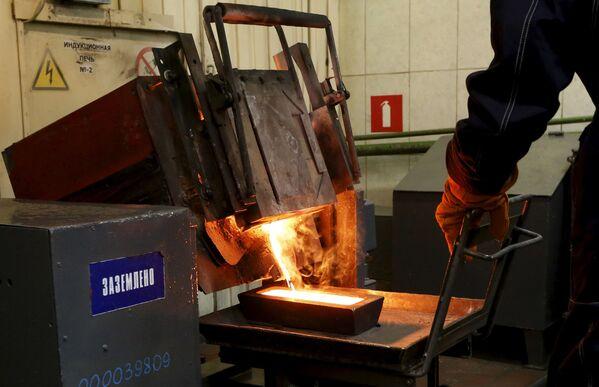 Odlewanie sztabek złota wydobytego w kopalni Olimpiada na Wschodniej Syberii - Sputnik Polska