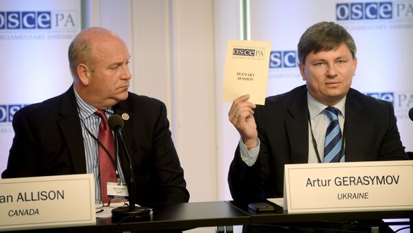 Szef kanadyjskiej delegacji Dean Allison oraz szef ukraińskiej delegacji Artur Gierasimow na konferencji prasowej podczas 24. sesji Zgromadzenia Parlamentarnego OBWE w Helsinkach - Sputnik Polska