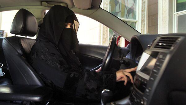 Saudyjska kobieta za kierownicą - Sputnik Polska