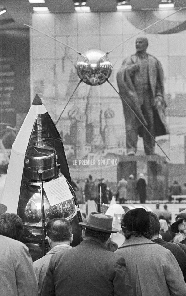 Makieta pierwszego sztucznego sputnika Ziemi na wystawie w Brukseli - Sputnik Polska