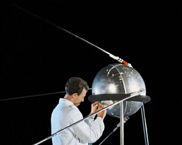 Przygotowanie pierwszego sztucznego sputnika Ziemi  do wylotu - Sputnik Polska