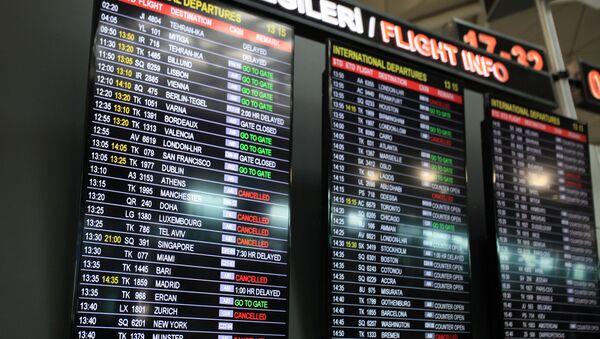 Tablica przylotów i odlotów na międzynarodowym lotnisku Stambuł-Atatürk - Sputnik Polska
