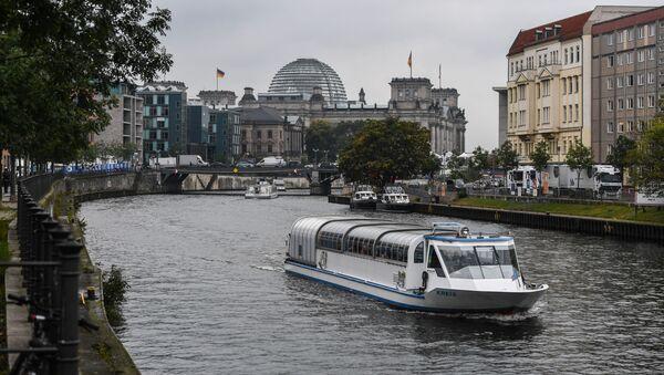 Rzeka Sprewa i budynek Reichstagu w Berlinie - Sputnik Polska