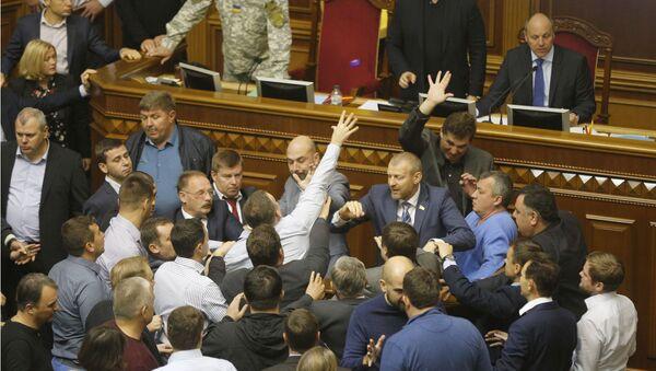 Deputowany opozycyjnej frakcji Samopomoc Semen Semenczenko rzucił granat dymny do sali obrad ukraińskiego parlamentu - Sputnik Polska