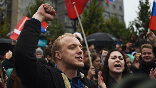 Участники несанкционированной акции на Пушкинской площади в Москве - Sputnik Polska
