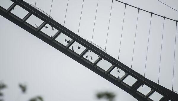 Ludzie na szklanym moście w Chinach - Sputnik Polska