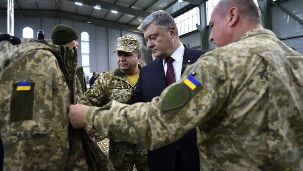 Prezydent Ukrainy Petro Poroszenko podczas przeglądu nowości w wyposażeniu ukraińskich sił zbrojnych - Sputnik Polska