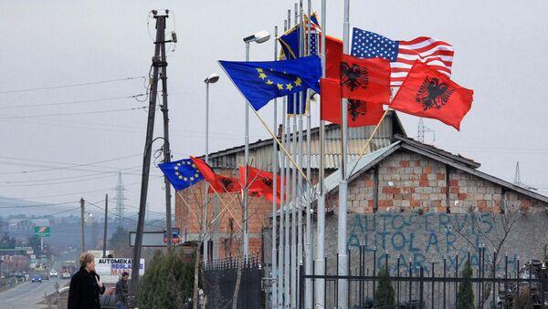 Flagi Albanii, USA i Unii Europejskiej obok budynku administracyjnego w albańskiej części Kosowa - Sputnik Polska