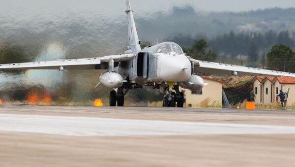 Rosyjski Su-24 w bazie Hmeimim w Syrii - Sputnik Polska