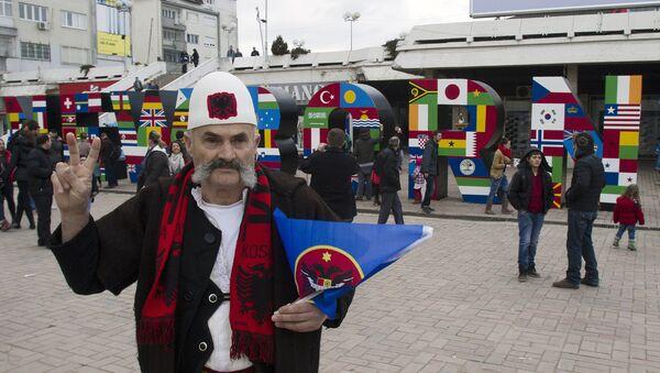 Albańczyk w Prisztinie świętuje niepodległość Kosowa - Sputnik Polska