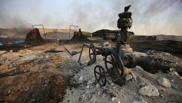 Złoże ropy naftowej przejęte przez terrorystów PI uciekających przed iracką armią rządową w prowincji Kirkuk - Sputnik Polska